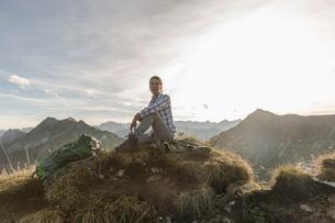 Portrait of a mid adult woman backpacker taking a break, Achensee, Tyrol, Austriaの写真素材 [FYI03802287]