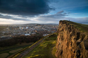View of the City of Edinburgh from Salisbury Cragsの写真素材 [FYI03802314]