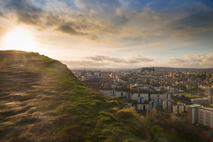 View of the City of Edinburgh from Salisbury Cragsの写真素材 [FYI03802323]