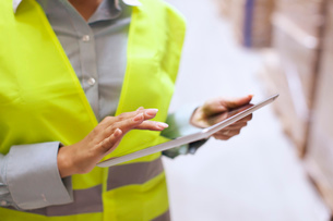 Cropped shot of female warehouse worker using digital tabletの写真素材 [FYI03802449]