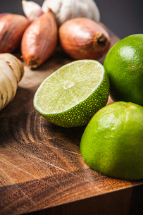 Ingredients for making green curry paste - lime, garlic, onion, gingerの写真素材 [FYI03802579]