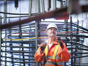 Engineer inspecting cable expansion in suspension bridge. The Humber Bridge, UK, built in 1981 was tの写真素材 [FYI03802610]
