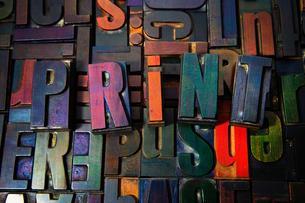 Letterpress letters spelling the word Printの写真素材 [FYI03802686]
