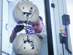 Scientist tests tensile strength of carbon fibre in carbon fibre laboratoryの写真素材 [FYI03802781]