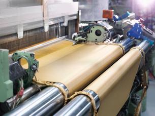 Loom weaving kevlar fabric in carbon fibre factoryの写真素材 [FYI03802793]