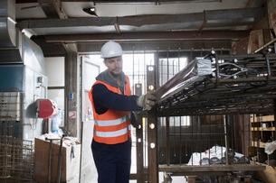 Factory worker selecting steel mesh in concrete reinforcement factoryの写真素材 [FYI03802802]