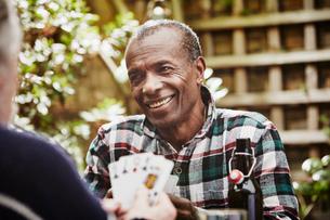 Senior men playing cardsの写真素材 [FYI03803150]