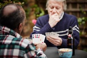 Two senior men playing cardsの写真素材 [FYI03803155]