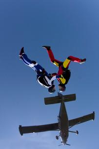 Freeflying skydivers in blue skyの写真素材 [FYI03803179]
