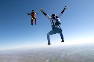 Freeflying skydivers in blue skyの写真素材 [FYI03803180]