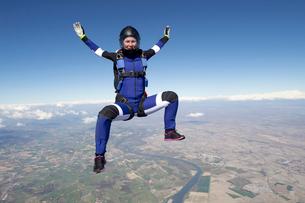 Freeflying skydiver in blue skyの写真素材 [FYI03803182]