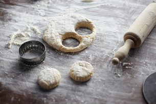 Baking preparation with scone dough and pastry cuttersの写真素材 [FYI03803265]
