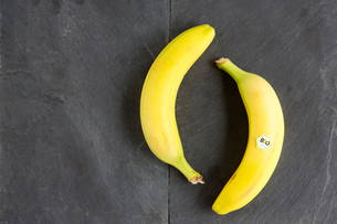 Still life of two bananas - one with bio  labelの写真素材 [FYI03803268]