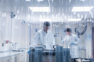 Scientist manufacturing graphene ink in graphene processing factoryの写真素材 [FYI03803484]