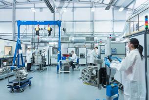 Graphene nanomaterial manufacturing environment in graphene processing factoryの写真素材 [FYI03803486]