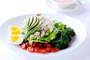 Crab louie salad on restaurant tableの写真素材 [FYI03803561]
