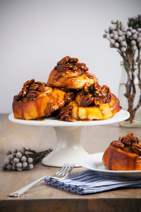 Sticky buns on cake standの写真素材 [FYI03803657]