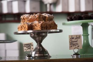 Vegan, allergy-friendly cakes on cakestandの写真素材 [FYI03803664]