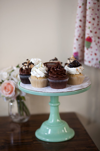 Allergy-friendly cupcakes on cakestandの写真素材 [FYI03803665]