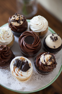 Allergy-friendly cupcakes on cakestandの写真素材 [FYI03803680]
