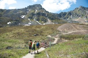 hikers exploring, Hatcher Pass, Matanuska Valley, Palmer, Alaska, USAの写真素材 [FYI03803713]