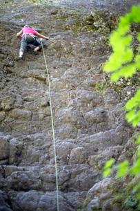 Woman rock climbing, French's Dome, Zig Zag, Oregon, USAの写真素材 [FYI03803850]