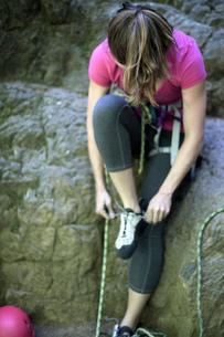 Rock climber tying shoelace, French's Dome, Zig Zag, Oregon, USAの写真素材 [FYI03803854]
