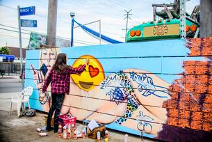 Graffiti artist spray painting wall, Venice Beach, California, USAの写真素材 [FYI03803861]