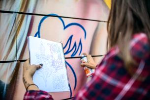 Graffiti artist spray painting wall, Venice Beach, California, USAの写真素材 [FYI03803864]