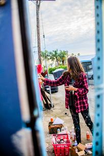 Graffiti artist spray painting wall, Venice Beach, California, USAの写真素材 [FYI03803865]
