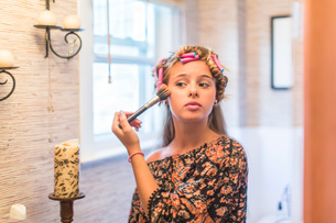 Teenager putting on make-up in bathroomの写真素材 [FYI03803971]
