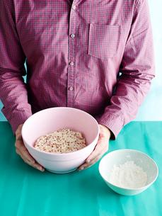 Man preparing unkneaded bread recipe step 1, bread doughの写真素材 [FYI03804032]
