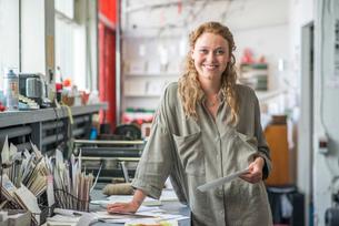 Portrait of female print designer in workshopの写真素材 [FYI03804162]