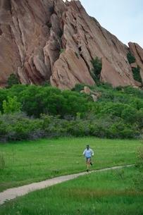 Female trail runner running along dirt track, Colorado Front Range, Boulder, USAの写真素材 [FYI03804385]