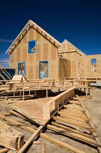 Residential cottage style home facade under construction, Quebec, Canadaの写真素材 [FYI03804390]