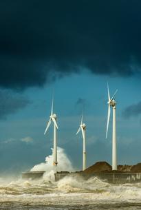 Three wind turbines amidst fierce storm waves at coast, Boulogne-sur-Mer, Nord-pas-de-Calais, Franceの写真素材 [FYI03804540]