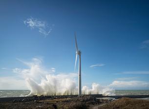 Wind turbines amidst storm waves at coast, Boulogne-sur-Mer, Nord-pas-de-Calais, Franceの写真素材 [FYI03804541]