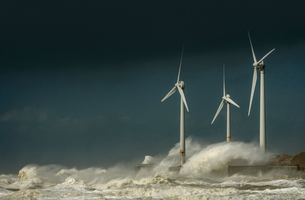 Three wind turbines amidst fierce storm waves and clouds at coast, Boulogne-sur-Mer, Nord-pas-de-Calの写真素材 [FYI03804544]