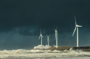 Four wind turbines amidst fierce storm waves and clouds at coast, Boulogne-sur-Mer, Nord-pas-de-Calaの写真素材 [FYI03804546]