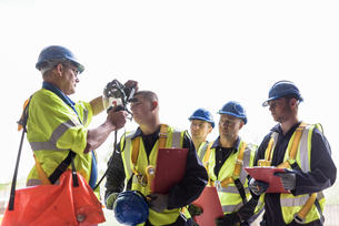 Apprentice builders learning about specialist equipment in training facilityの写真素材 [FYI03804753]