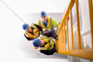 Apprentice builders learning how to climb ladders in training facilityの写真素材 [FYI03804755]