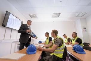 Apprentice builders in presentation in training facilityの写真素材 [FYI03804756]