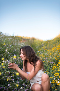 Woman in field of wildflowersの写真素材 [FYI03804837]