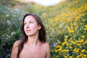 Woman in field of wildflowersの写真素材 [FYI03804846]