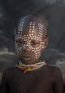 Young girl of the Karo Tribe, Omo Valley, Ethiopiaの写真素材 [FYI03804870]