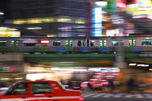 新宿大ガード上を通る電車の写真素材 [FYI03804974]