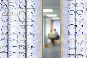 Patient consultation at small business opticiansの写真素材 [FYI03804982]