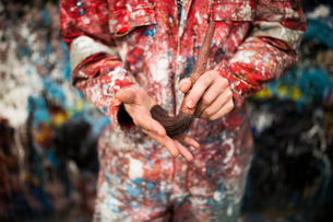 Mid section of male ship painter holding paint brushの写真素材 [FYI03805015]