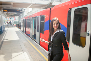 Businesswoman in Docklands Light Railway train, Londonの写真素材 [FYI03805032]