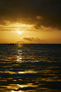 Silhouette of people in boats on sea at sunrise, Tenby, Pembrokeshire, Walesの写真素材 [FYI03805203]